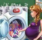 Anna grávida lavar roupas