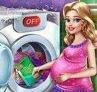Grávida lavar roupas do bebê