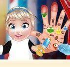 Elsa bebê cuidar da mãozinha