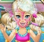 Banho e limpeza facial da menina