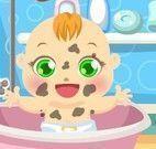 Bebê sujo de lama