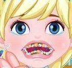 Cuidar dos dentes da Elsa bebê