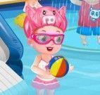 Hazel bebê na piscina