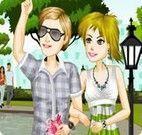 Passear na praça casal de namorados